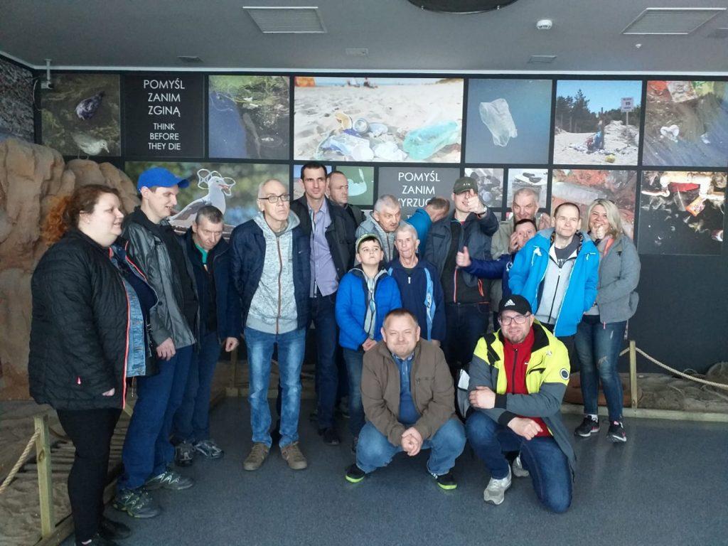 Grupowe zdjęcie uczestników wycieczki wraz z opiekunami.