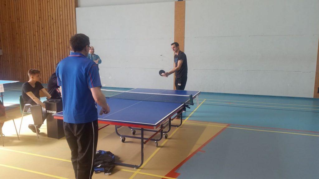 Podopieczny DPS Rokocin w pojedynku z opiekunem drużyny z Rudna. W tle opiekun z Rokocina dający wskazówki mieszkańcowi.