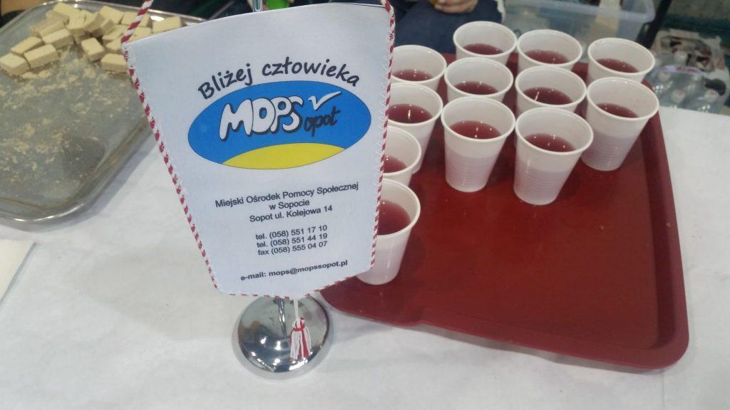 """Proporczyk MOPS Sopot """"Bliżej człowieka"""" oraz słodycze, kubki z napojem dla uczestników turnieju."""