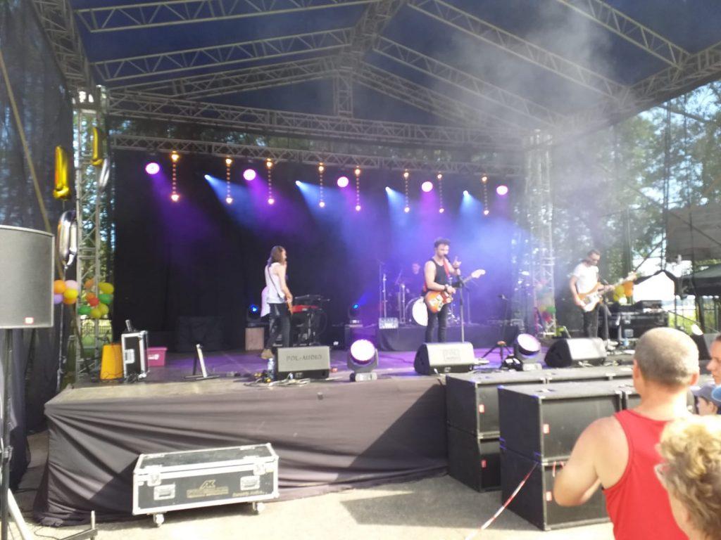 Na dużej scenie muzycznej wokalista Grzegorz Wilk z zespołem gra dla wszystkich zebranych w Dobrym Bracie.