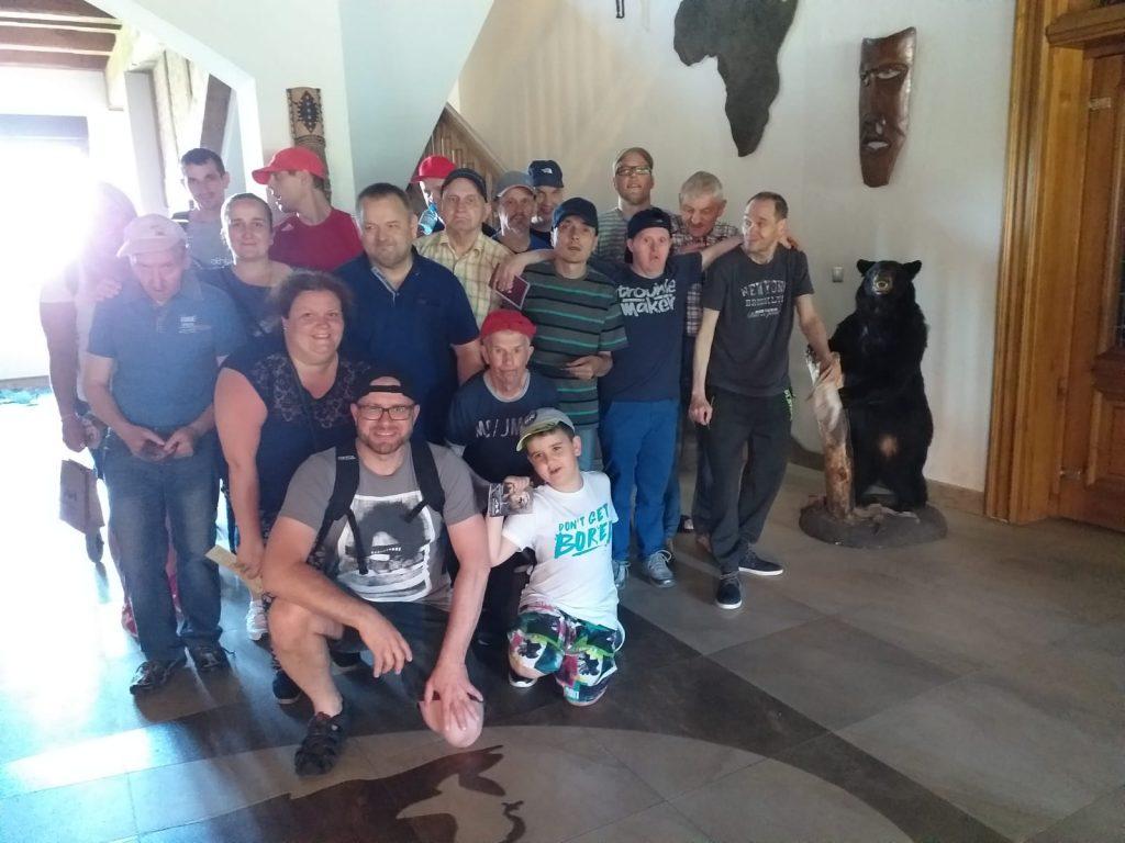 Grupa osób pozująca do zdjęcia podczas wycieczki do Poledna