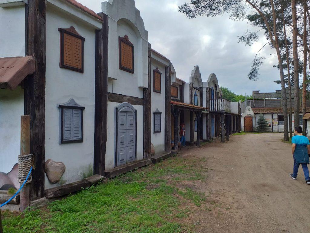 Zdjęcie ukazuje domy jak na dzikim zachodzie.