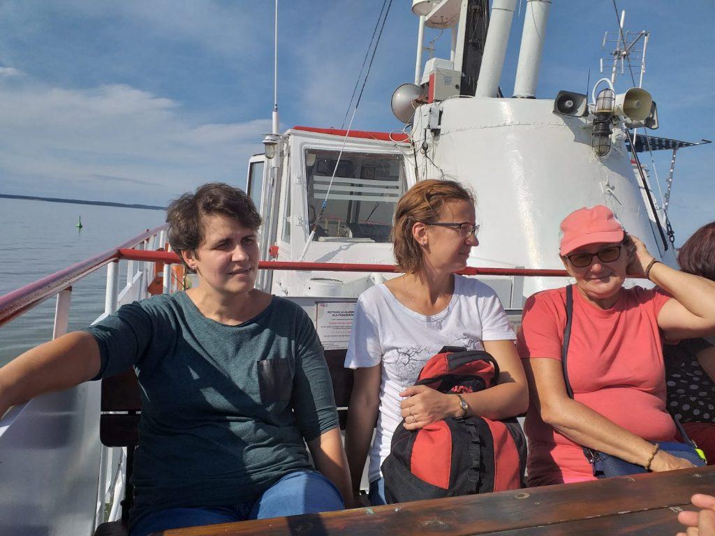 Trójka opiekunek podczas rejsu na statku