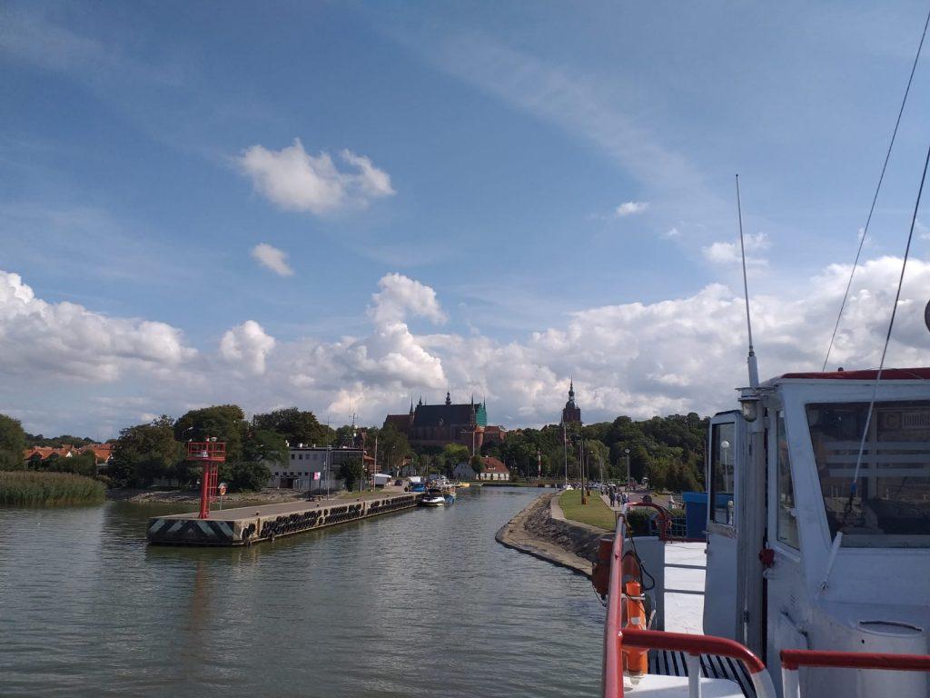 Widok ze statku w tle niebo oraz zabytki miasta