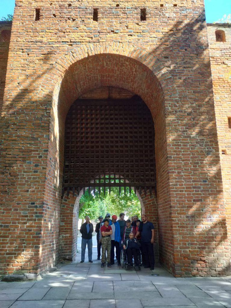 Zdjęcie pod bramą w koło stare ceglane mury