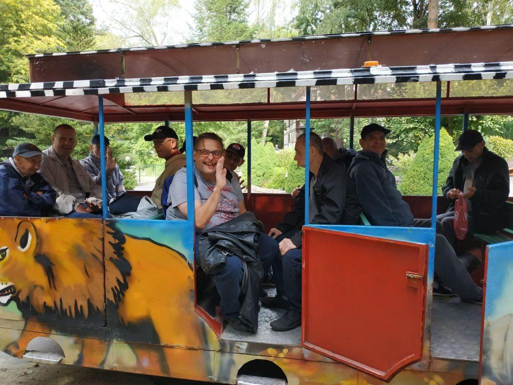 Mieszkańcy podczas przejazdu kolejką - zwiedzają ZOO
