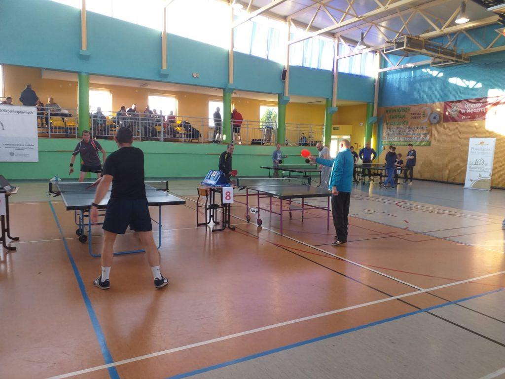 Rozgrzewka drugiej drużyny z DPS Rokocin. W wolnej wymianie mieszkańcy DPS Rokocin grają wspólnie ze sobą.