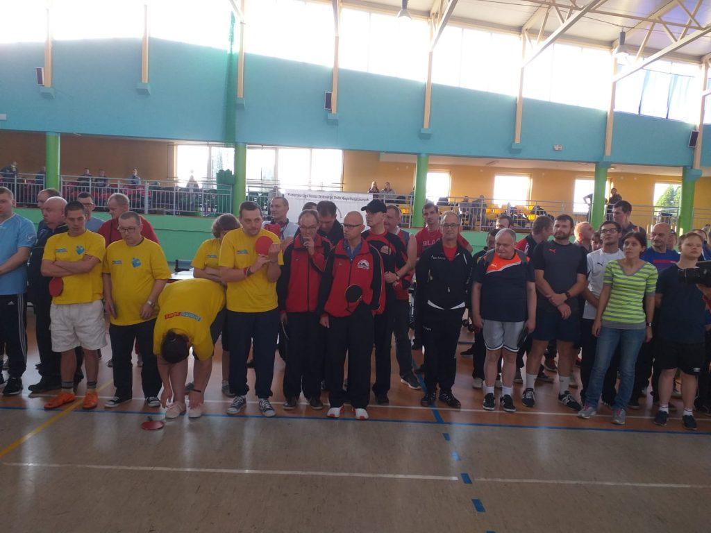 Ujęcie uczestników PLTSON oraz stojącej drużyny DPS Rokocin podczas zakończenia turnieju.