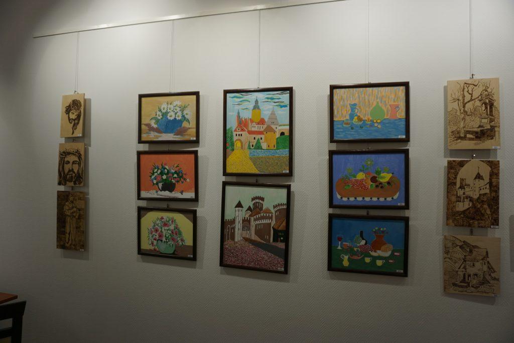 Kolorowe obrazy na białej ścianie.