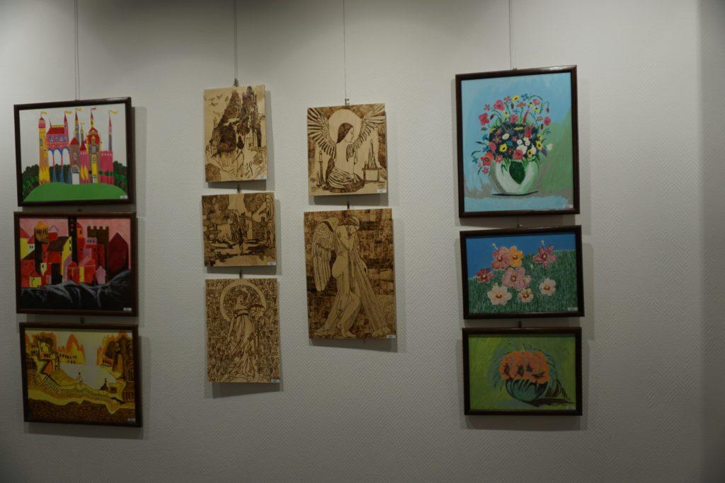 Kolejne ujęcie z obrazami oraz wypalankami w drewnie