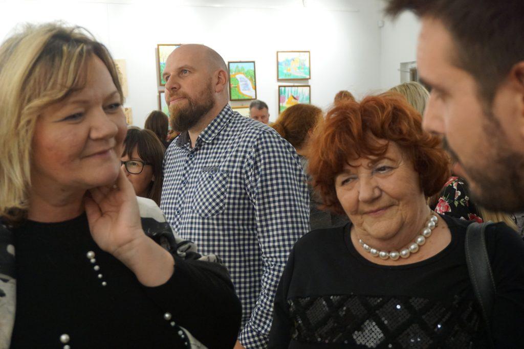 Pierwszy plan - Dyrektorki domu DPS Szpęgawsk oraz Rokocin podczas rozmowy z psychologiem z DPS Rokocin w tle goście