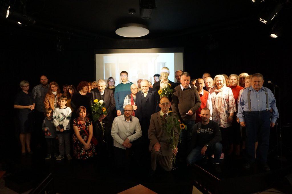 Grupowe zdjęcie wszystkich zebranych uczestników oraz gości (na scenie)