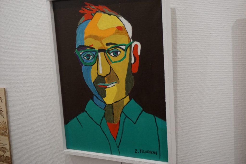 Kolorowy obraz, przedstawiający twarz jednego z artystów. Kolorowy autoportret Zdzisława Tichonowa - DPS Rokocin