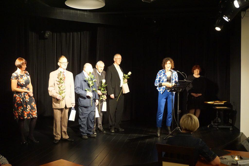 Na scenie artyści wraz z terapeutką oraz dyrektor DPS i radna miasta Wioleta Strzemkowska-Konkolewska.