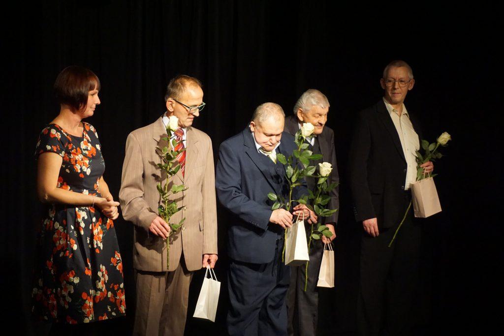 Terapeutka Kasia wraz z podopiecznymi, którzy trzymają róże i drobne upominki.