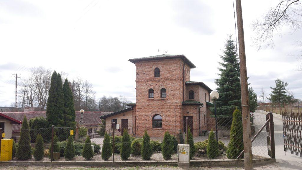 Piętrowy budynek z czerwonej cegły.  Posiada teren dostęp do ogródka oraz pola należącego do DPS. Przy budynku znajdują się warsztaty terapii zajęciowej.