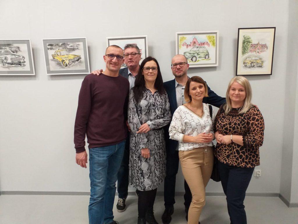 Grupa sześciu osób pozująca do zdjęcia w tle obrazy