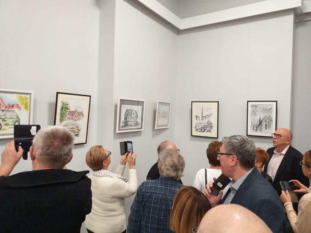 Grupa osób robiąca zdjęcia telefonami komórkowymi obrazów
