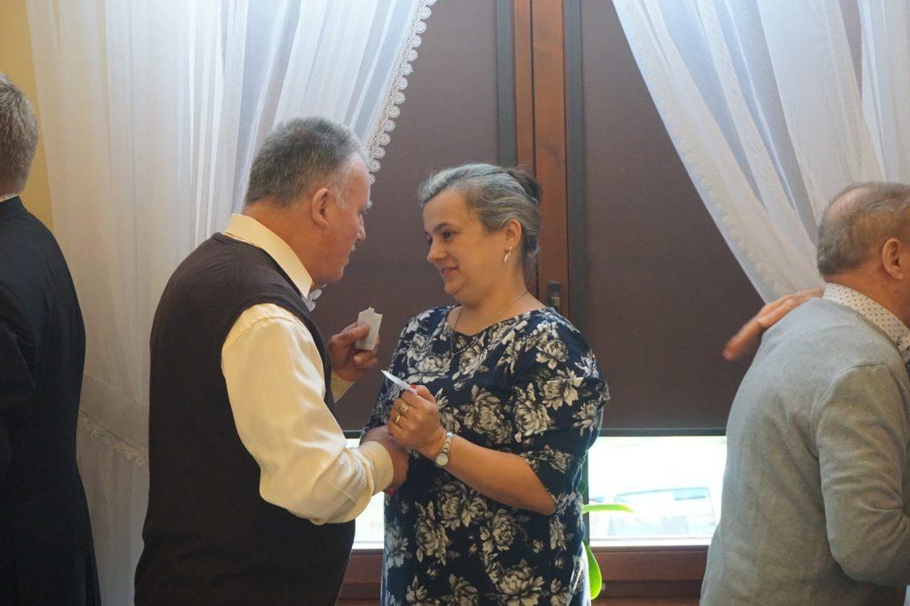 Mieszkaniec składający życzenia wigilijne wraz z pracownikiem DPS Rokocin.