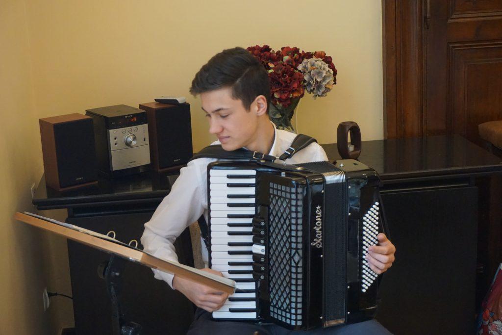 Gość grający kolędy na akordeonie