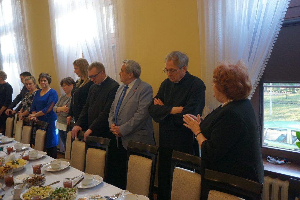 Ksiądz wraz z pracownikami i dyrektor DPS podczas przemowy