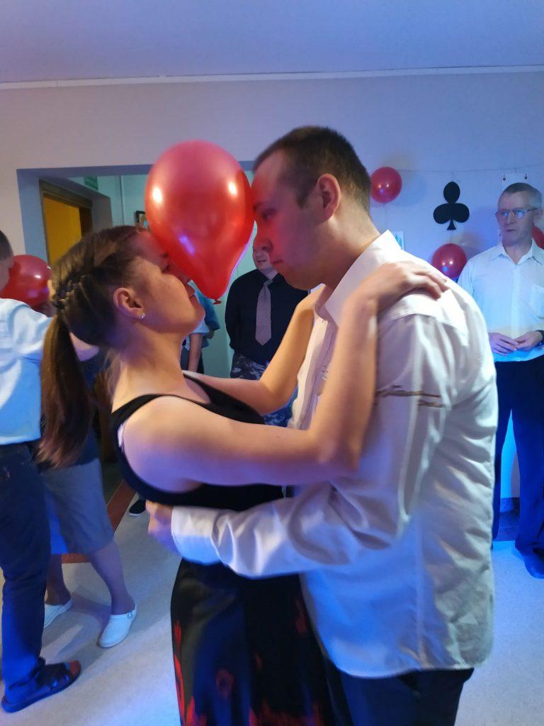Para osób tańcząca wspólnie podczas jednej z zabaw. Po między nimi czerwony balon, który przytrzymują wspólnie czołem.