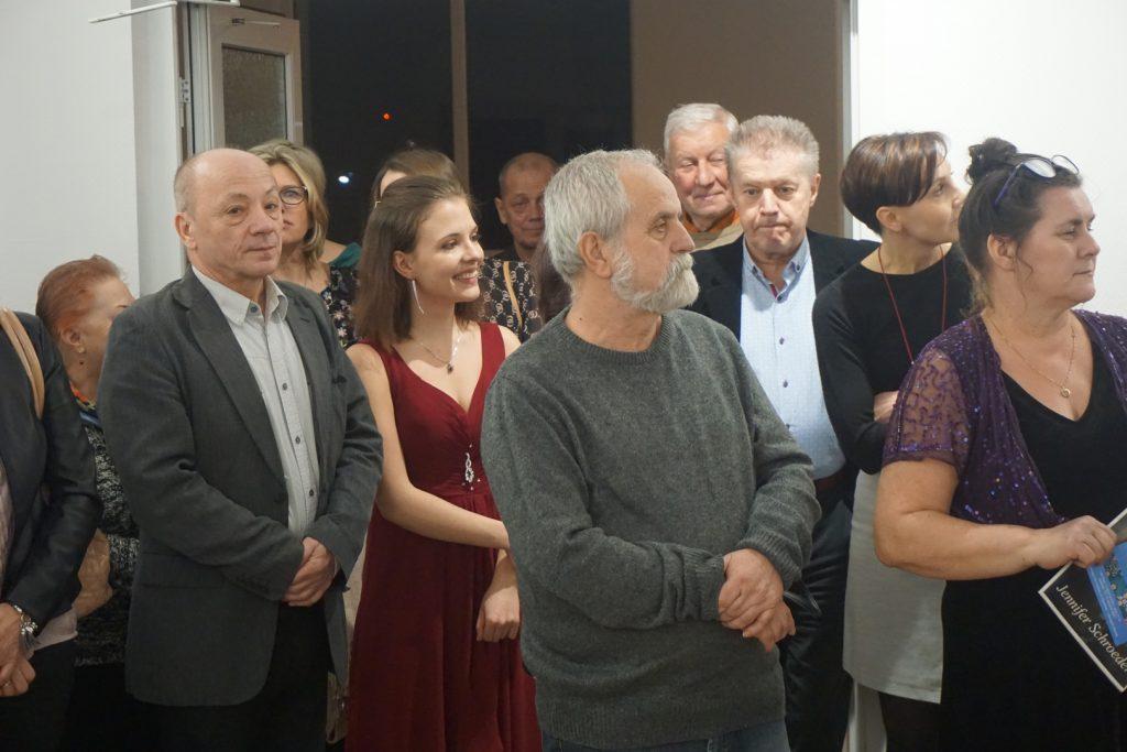 Grupa ludzi podczas wernisażu