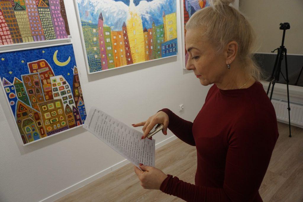 Kobieta oglądająca cennik obrazów