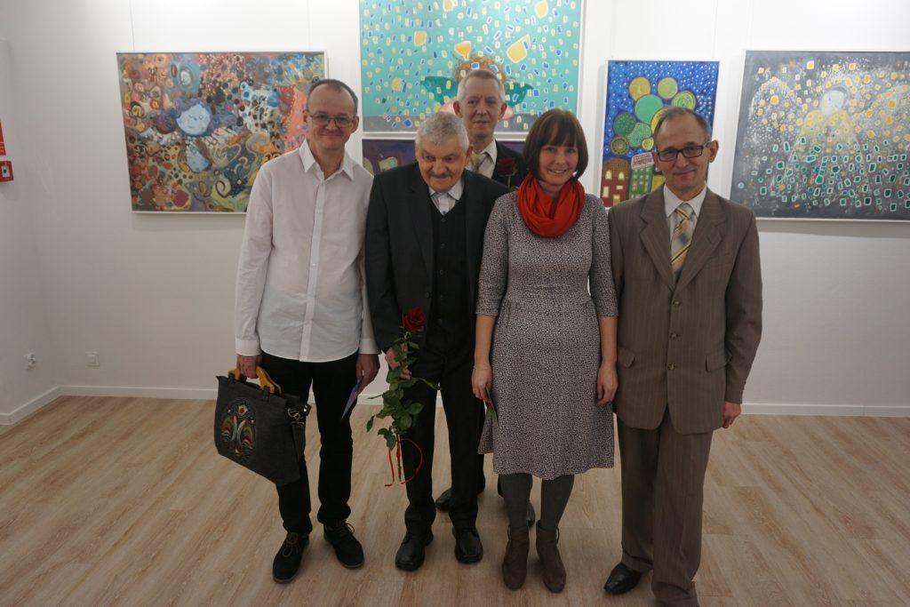 Pięć osób, w tym instruktor terapii zajęciowej - pracownik DPS Rokocin oraz czterech autorów pięknych obrazów.
