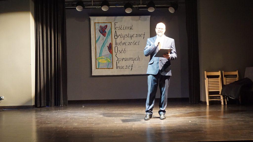 Prezenter stojący na scenie podczas FATOSI