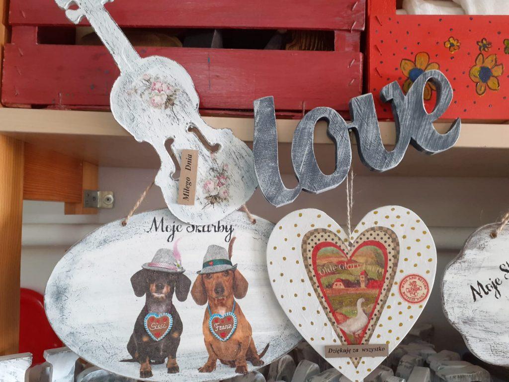 Ozdoby drewniane, serca, biała drewniana gitara, napis love