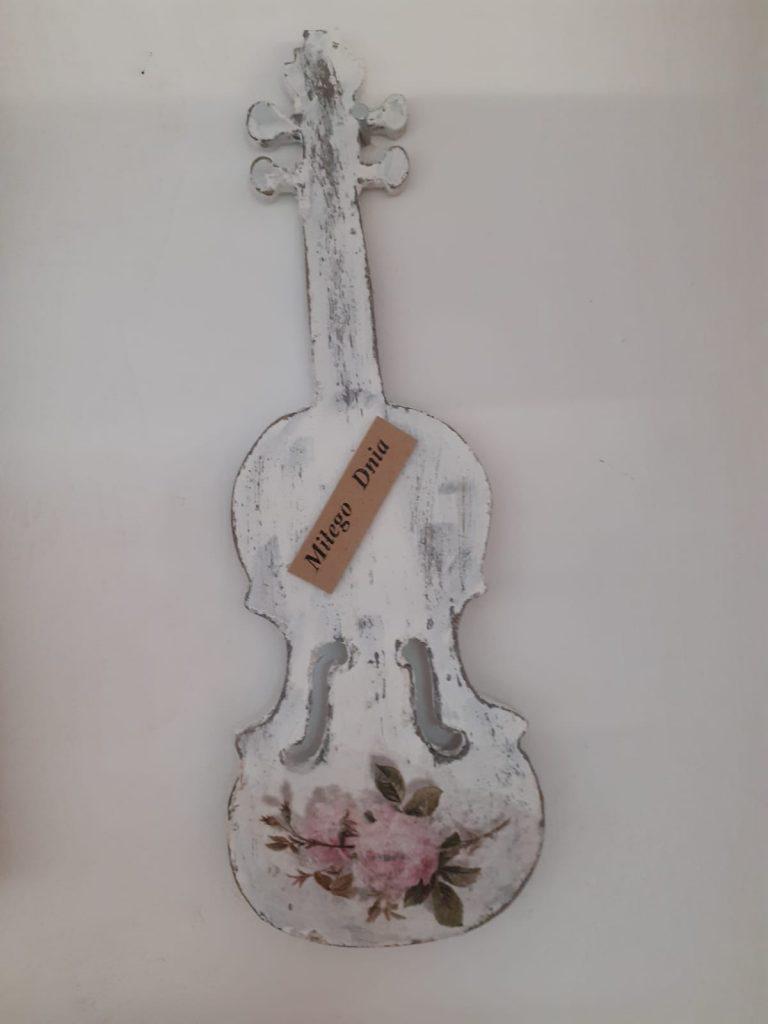 """Drewniana ozdobna biała gitara, a na niej napis """"Miłego dnia"""""""