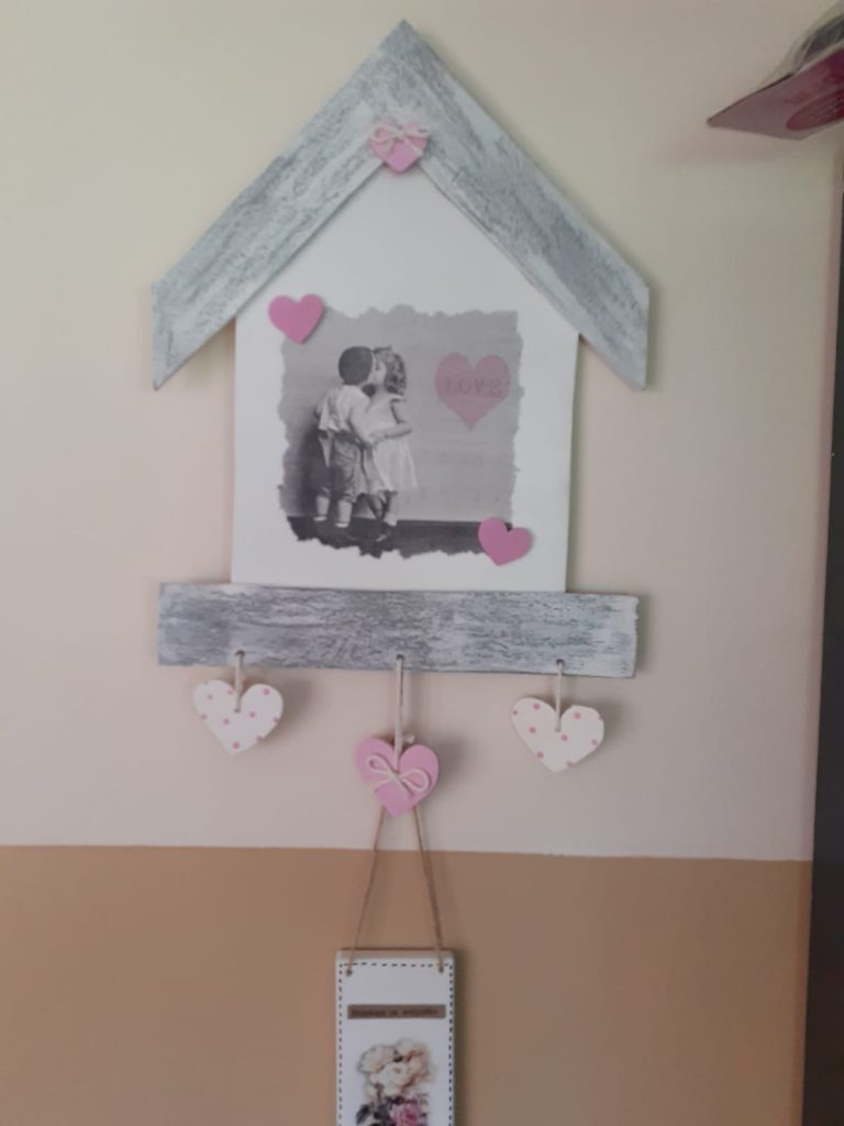 Drewniana ozdoba na ścianę domek w środku obraz pieska oraz serca