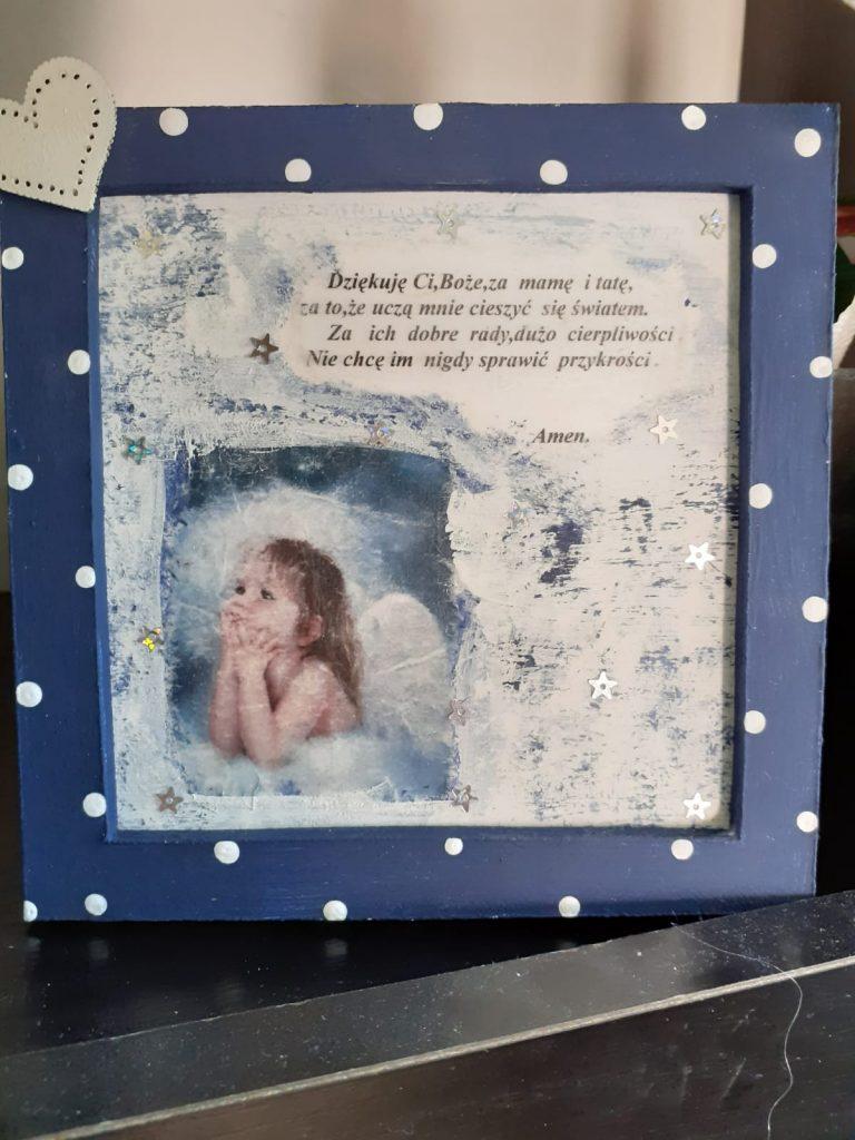 """Drewniany obraz z modlącym się aniołkiem w środku napis """"Dziękuję Ci, Boże za mamę i tatę za to, że uczą mnie cieszyć się światem. Za ich dobre rady, dużo cierpliwości Nie chcę im nigdy sprawić przykrości"""""""