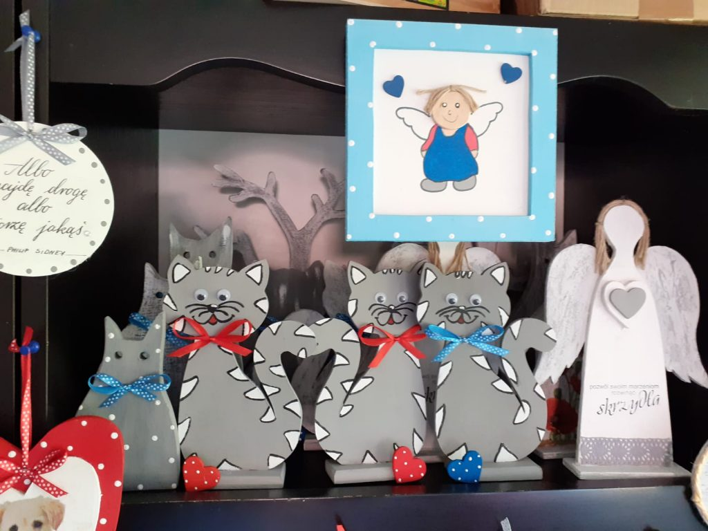 Kolorowe drewniane koty, aniołki i ozdoby