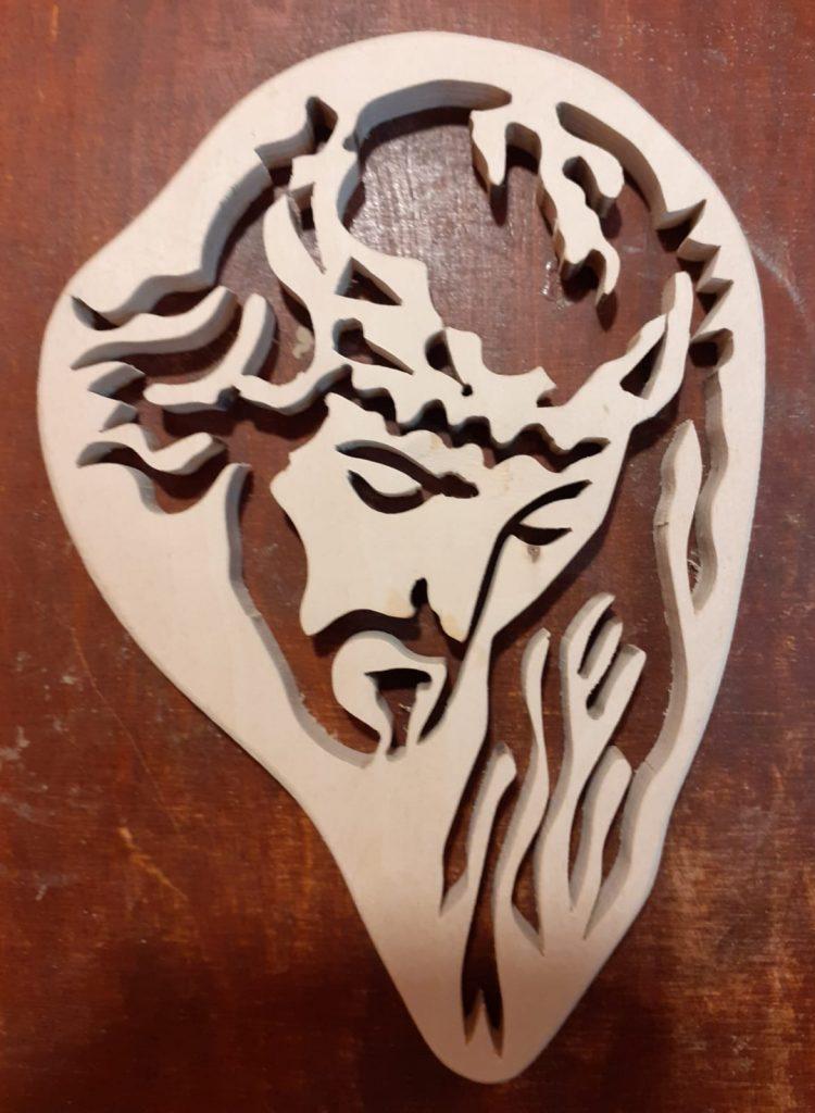 Wyżłobiony widok Jezusa z koroną cierniową na głowie