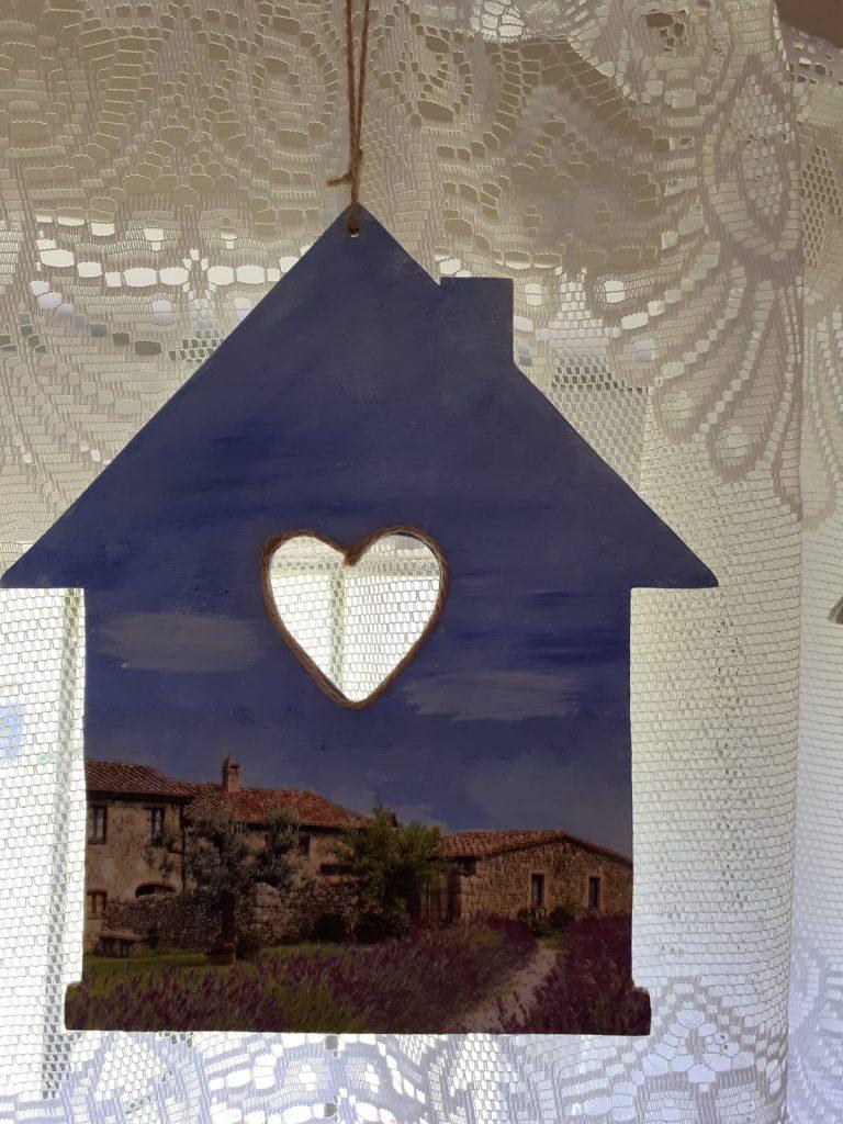 Drewniany wiszący domek wyciętym na środku sercem
