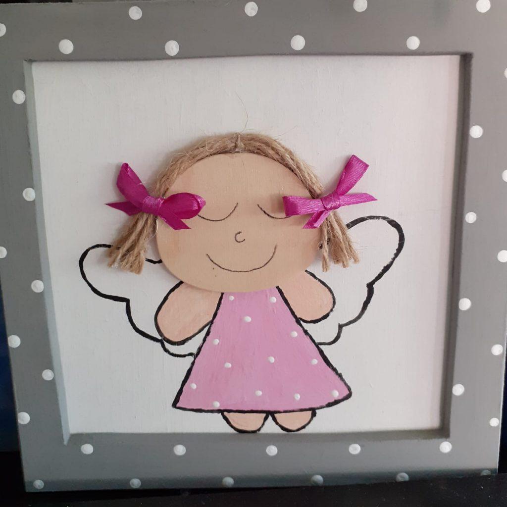Drewniany obrazek dziewczynki - anioła w czerwonej ramce z białymi kropkami