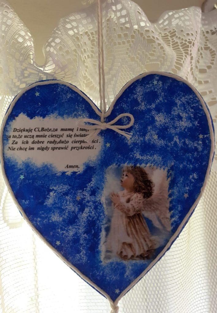 Ozdoba drewniana w kształcie serca. Serce koloru niebieskiego z napisem i sznurkiem do powieszenia
