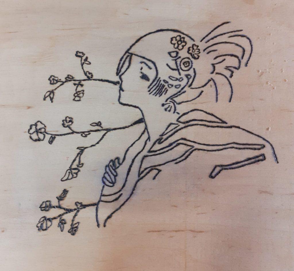 Drewniana ozdoba - artystyczny wzór kobiety w kwiatach