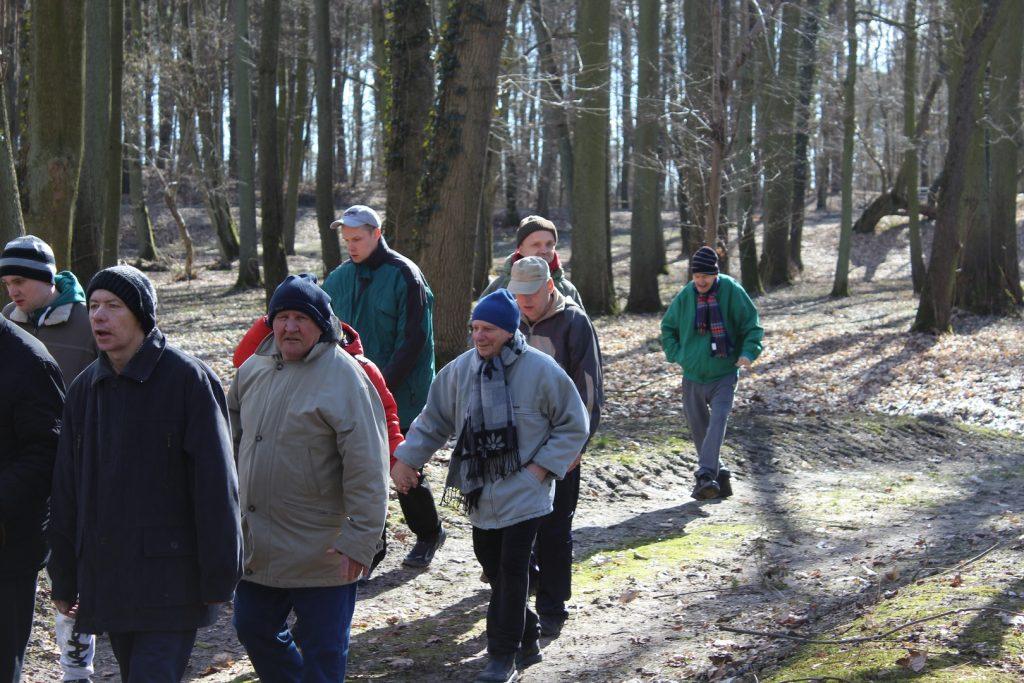 Mieszkańcy na spacerze w pobliskim parku.