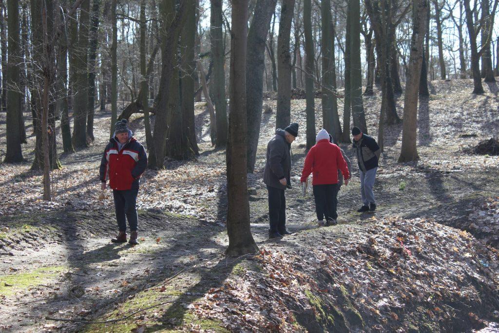 Pięć mieszkańców na spacerze w parku.