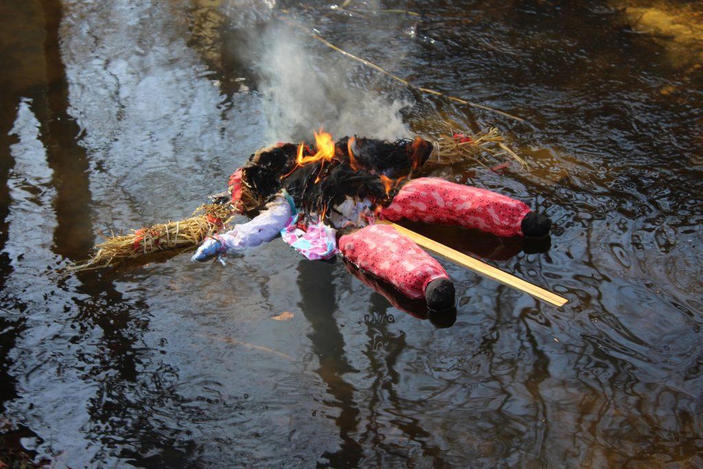 Płonąca marzanna na wodzie