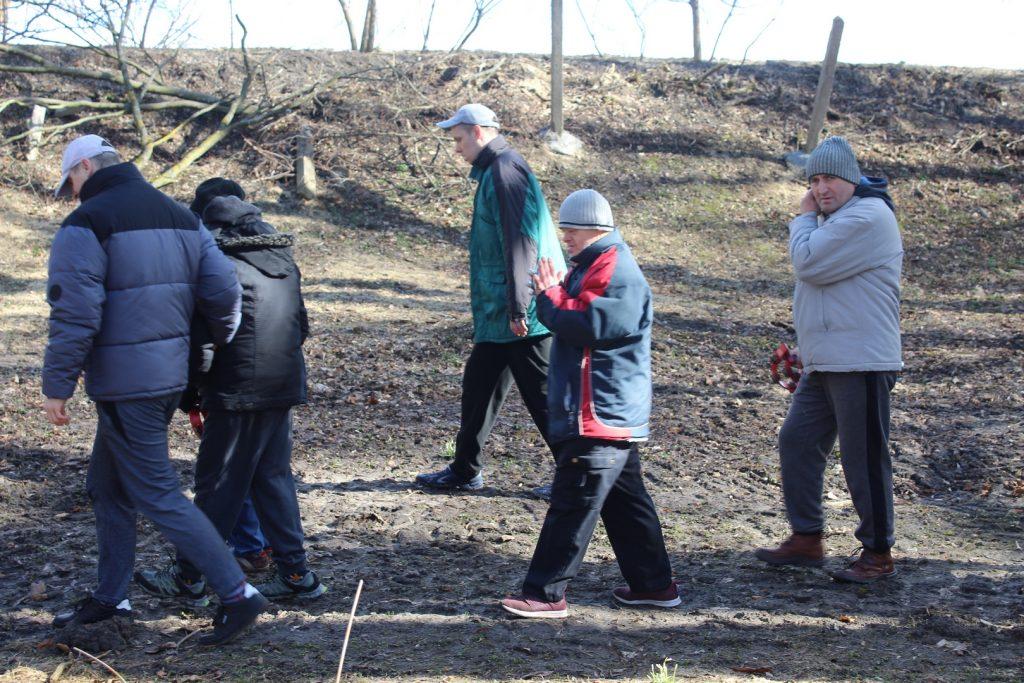 Pięciu mieszkańców w trakcie chodu w pobliskim parku