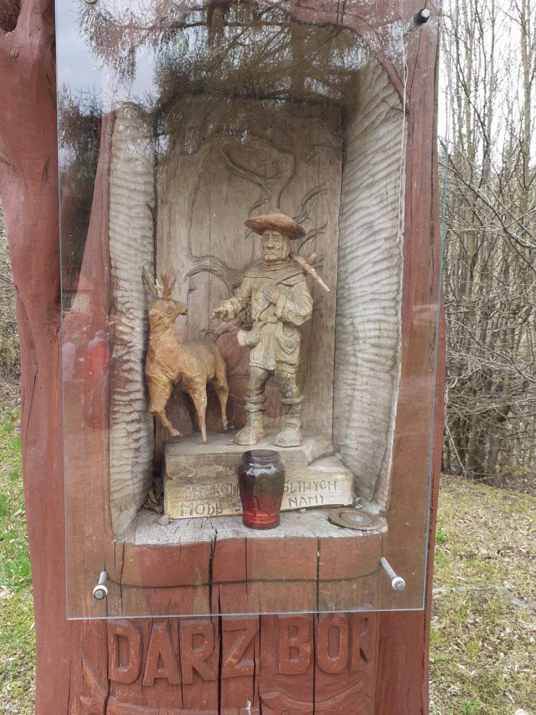 Powitalna drewniana rzeźba z wyrzeźbionym leśnikiem i jeleniem