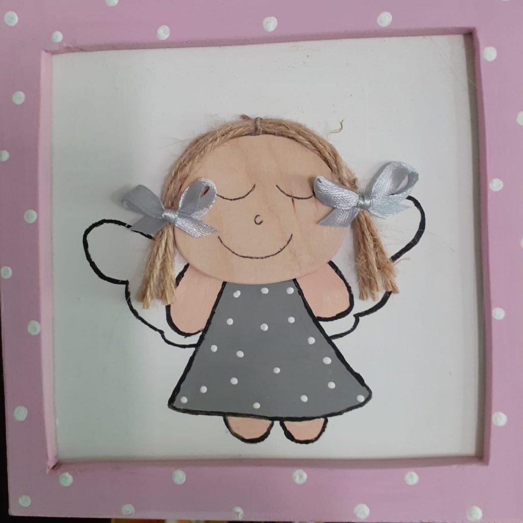 Drewniany obrazek, ramka w kropki, dziewczynka w środku obrazku