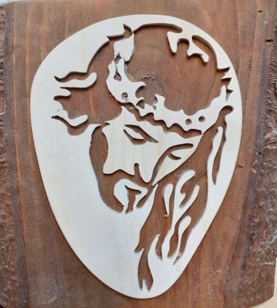Płaskorzeźba z drewna z podobizną Jezusa