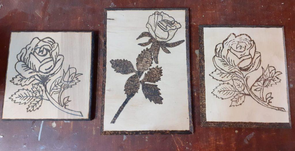 Trzy obrazy wykonane metodą wypalanki przedstawiają różne róże
