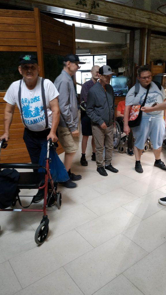 Pięciu mieszkańców stoi na korytarzu w budynku