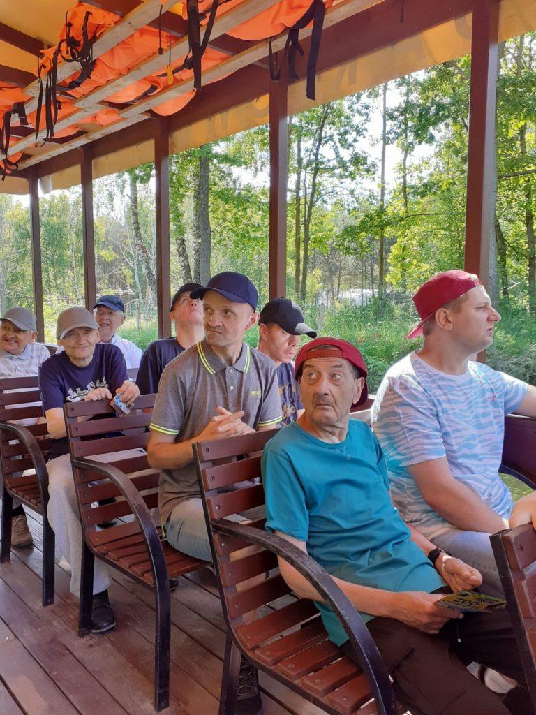 Grupa osób w tramwaju wodnym spoglądająca w różne strony